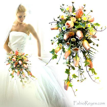 Ramo de novia en forma de cascada, con rosas pastel y flores de complemento